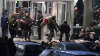 Сотрудники спецслужб выносят пострадавших из театра Норд_Ост на Дубровке