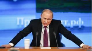 Владимир Путин выступает на ежегодной пресс-конференции в Москве 18 декабря 2014 г.