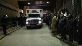 Машина с телами погибших полицейских выезжает из госпиталя в Нью-Йорке