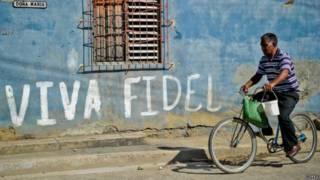 Muro com pichação em apoio a Fidel Castro, em Cuba (foto: Getty Images)