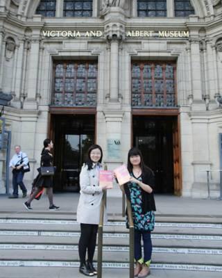 金維忻(左)與《設計博物館》的另一位作者贠思瑤在維多利亞阿爾伯特博物館門前