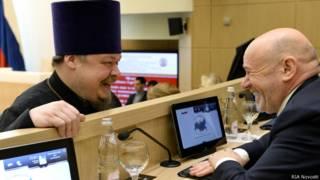 председатель синодального отдела по взаимодействию Церкви и общества Московского патриархата протоиерей Всеволод Чаплин (слева)