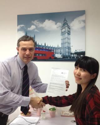拉夫堡大学伦敦校区院长凯恩前不久在中国与当地学生见面