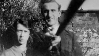 """¿Es esta foto de hace 90 años la primera que se toma con un """"selfie stick""""?"""