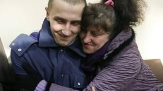 Освобожденный украинский военный со своей мамой