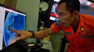 Membro de equipe de resgate na Indonésia (foto: AFP)