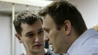 Алексей (справа)  и Олег Навальные в зале суда в Москве 30 декабря 2014 г.