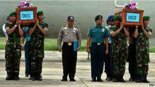 兩具QZ8501遇難者遺體運抵泗水機場(31/12/2014)