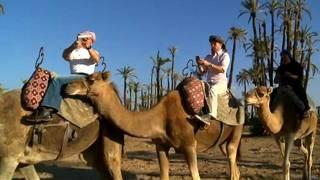 Equipo de la BBC tratando de conectarse a internet en medio de un desierto en Marruecos.