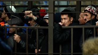 Мигранты в очереди за разрешением на работу