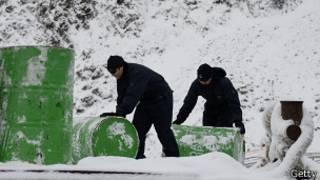 Trabajadores en la base chile de la Antártida