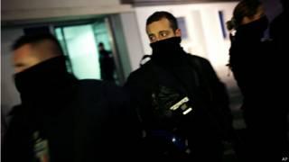 शार्ली एब्डो पर हमले की जगह पर फ्रांसीसी पुलिस के जवान