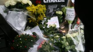Цветы у здания Charlie Hebdo