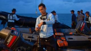 Des agents de la marine indonésienne participant aux recherches de l'avion d'AirAsia.