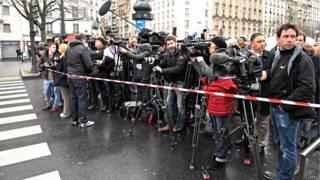 फ्रांस की राजधानी पेरिस में कवरेज के लिए जुटे पत्रकार