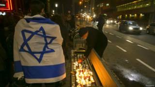 Прохожий с израильским флагом