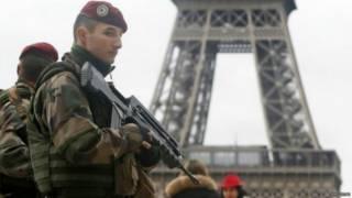 جندي فرنسي أمام برج ايفل