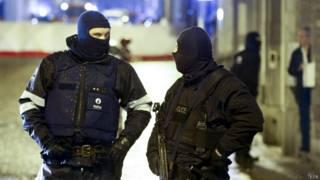 Policiais em Verviers, onde polícia matou 2 suspeitos (EPA)