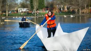 巨型紙船划船
