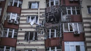 Дом, подвергшийся обстрелу в Донецке