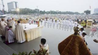 Папа римский проводит мессу в маниле