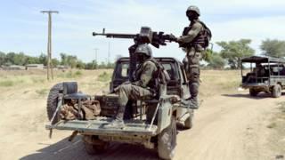 Soldados camaroneses patrulham fronteira com a Nigéria, em foto de dezembro (AFP)