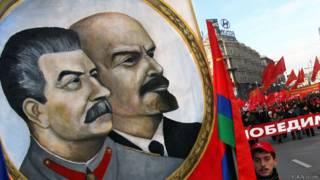 Двойной портрет Сталина и Ленина на коммунистической демонстрации в Москве