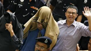阿都拉薩(右)與蒙頭的西魯(中)、阿茲拉(左)被押進沙亞南高等法庭(29/6/2007)