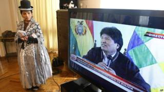 Boliviana assiste a entrevista de Evo Morales, em 19 de janeiro (AP)