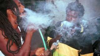 Rastafaris usam maconha na Jamaica (foto: AP)