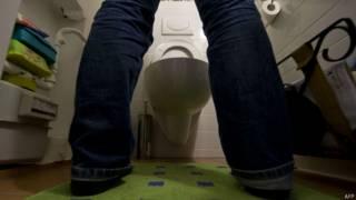 Homem urinando