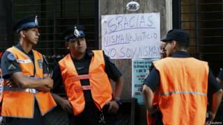 Entrada do prédio onde trabalhava Nisman, em Buenos Aires (Reuters)