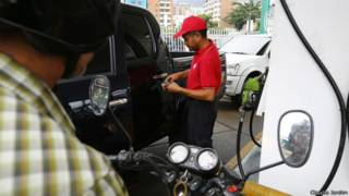 Motoqueiro em posto de gasolina na Venezuela | Foto: Claudia Jardim
