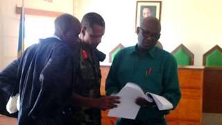Col Tom Byabagamba (hagati) na Bg Gen Frank Rusagara (iburyo) bahakanye ibyo bashinjwa