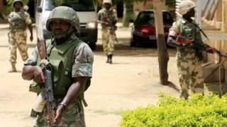 Soldados nigerianos, em foto de arquivo de 2013 (AP)
