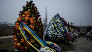 Венки на кладбище в Мариуполе