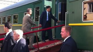 Лидер КНДР Ким Чен Ир (слева на втором плане), совершающий визит в РФ, входит в вагон бронированного поезда на станции Бурея в Амурской области