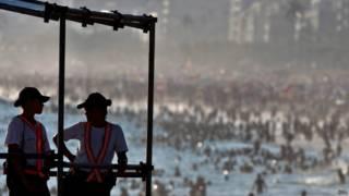 Policiais fazem segurança da praia no Rio / Crédito: EPA