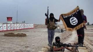 इस्लामिक स्टेट के लड़ाके झंडे के साथ