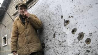 Украинец у обстрелянного дома