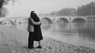 Pareja abrazada frente al río Sena en París, 1954.