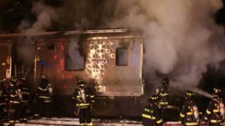 Загоревшийся вагон столкнувшегося поезда