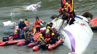 विमान में फंसे लोगों को निकाले राहत और बचाव कर्मी