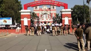 दिल्ली के सेक्रेडहर्ट कैथेड्रल पर प्रदर्शन करते ईसाई