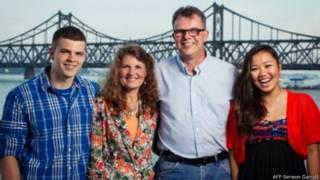 高凯文夫妇与家人资料照片