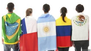 Jóvenes con banderas de países latinoamericanos