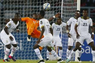 L'ivoirien Serge Aurier au milieu des défenseurs Ghanéens lors de la finale de la CAN 2015