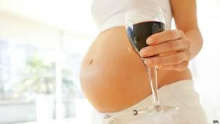 Беременная с бокалом вина