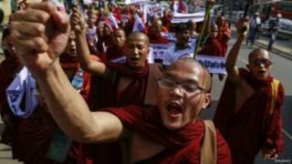 緬甸佛教僧人在仰光示威(11/2/2015)