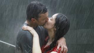 Casal se beija na chuva